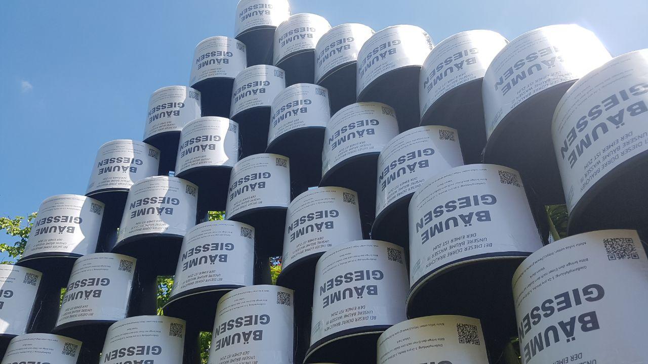 AG Klima verteilt 50 Eimer zum Wässern der Straßenbäume