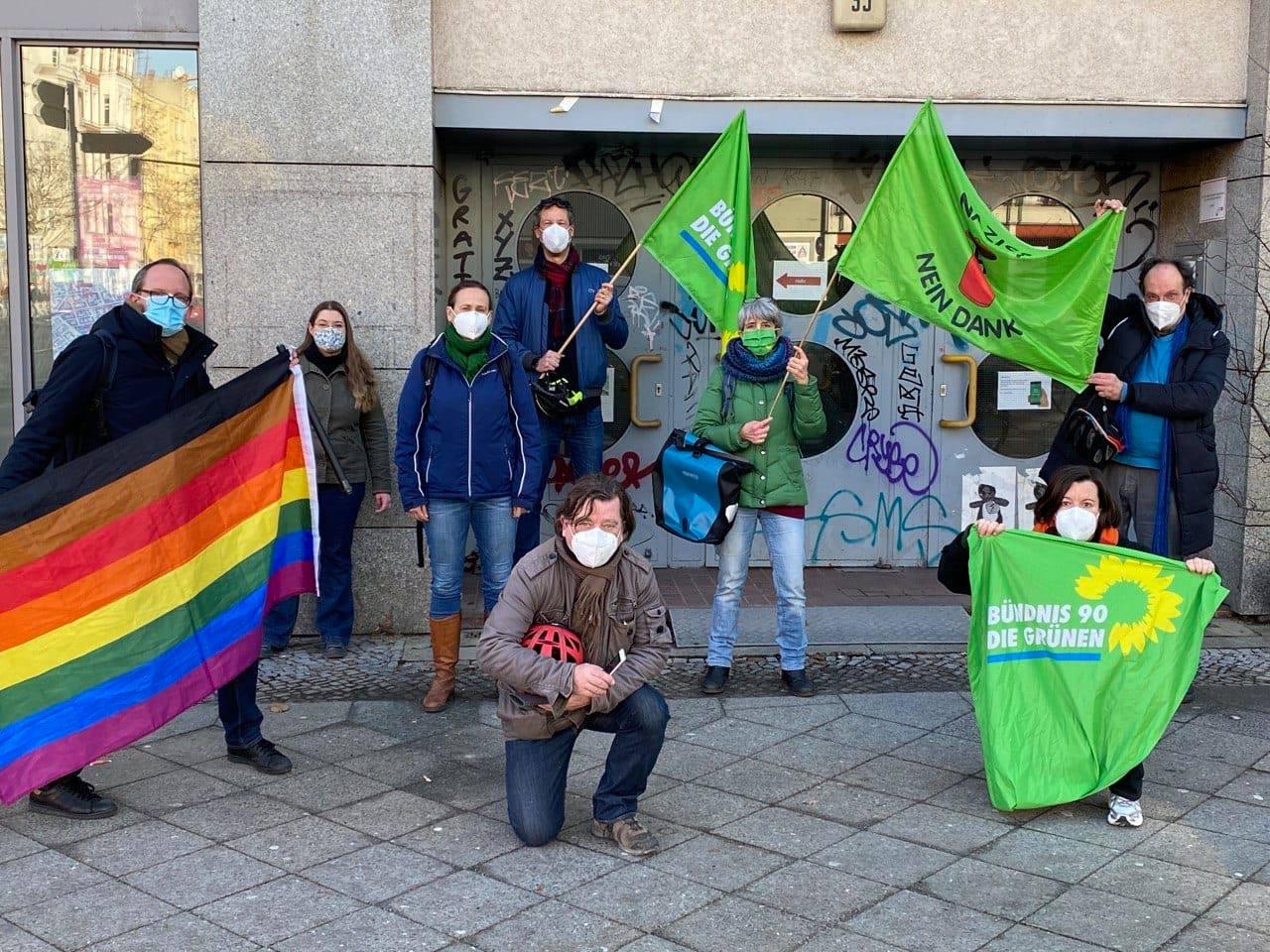 Anwohner*innenprotest gegen den 4. verschwörungsideologischen Schweigemarsch in Schöneberg am 20. Februar 2021